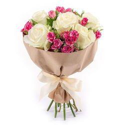 Белые розы с кустовыми в букете.