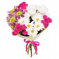 Хризантема и розы в букете.