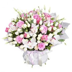 Букет роз, орхидей и лизиантусов.