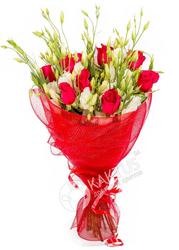 Красные розы и лизиантусы.