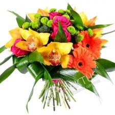Орхидеи с герберами в букете.