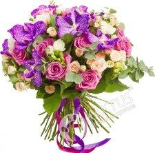 Орхидея ванда с кустовыми розами.