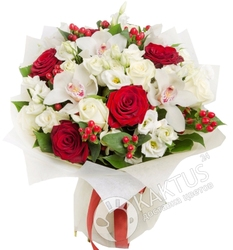 Букет орхидей и роз с лизиантусами.