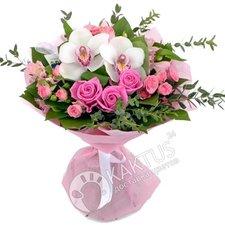 Букет орхидей и розовых роз.