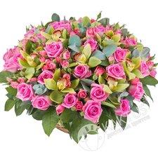 Орхидеи и розы в корзине.