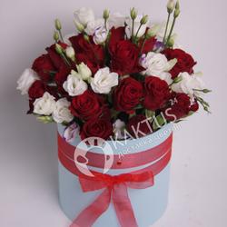 Шляпная коробка с лизиантусами и розами фото 1