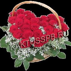Сердце из роз и гипсофилы в корзине