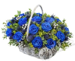 Синие розы в корзине.