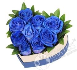 Синие розы в форме сердца.